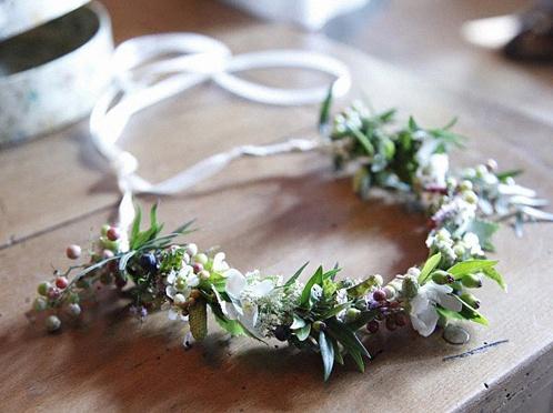 id e coiffure une couronne de fleurs dans les cheveux. Black Bedroom Furniture Sets. Home Design Ideas