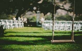 Cérémonie d'engagement laïque : comment décorer les chaises et le mobilier de jardin ?